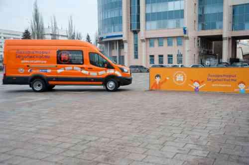 Областной центр творчества получил уникальный микроавтобус — мобильный автогородок «Лаборатория безопасности»
